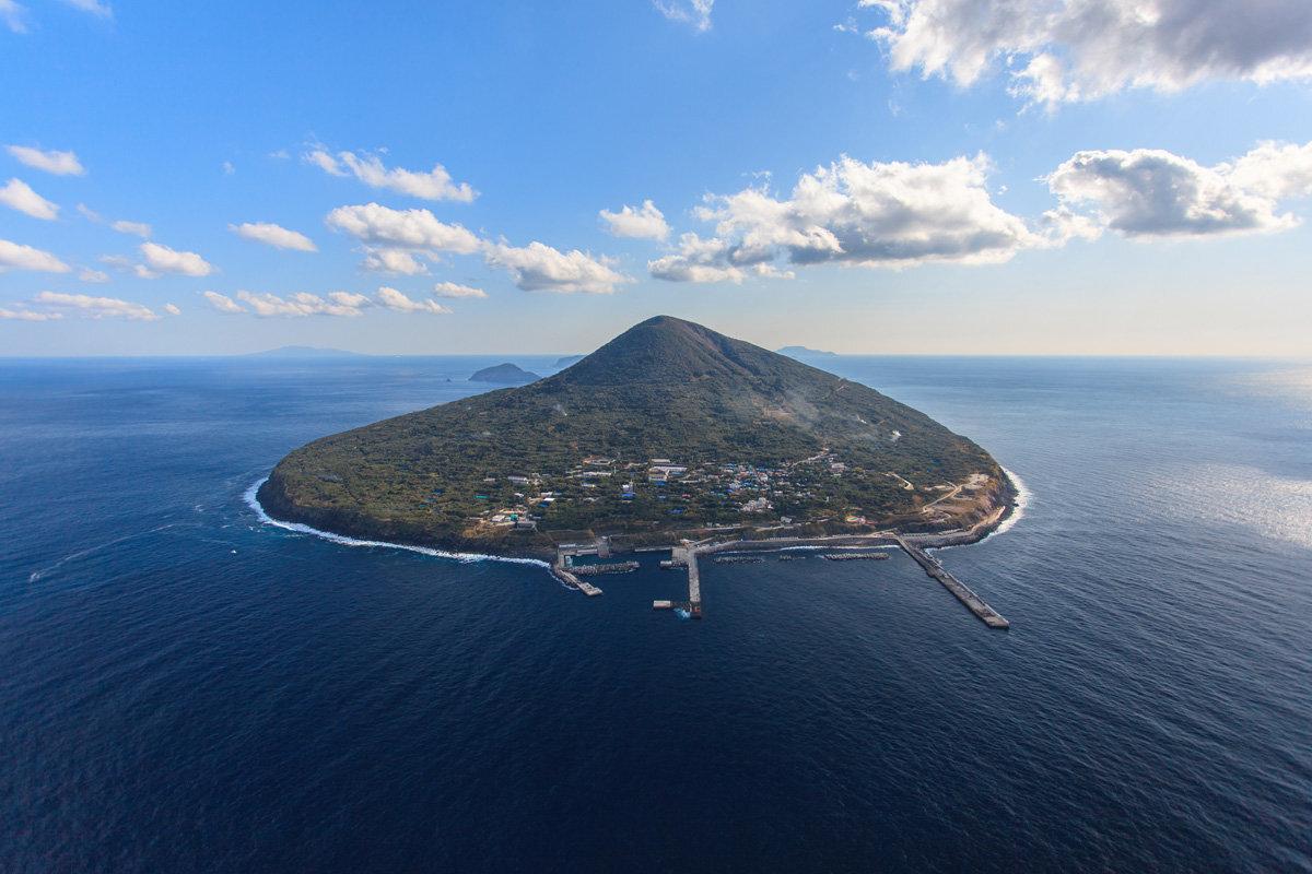周囲約8km、面積4.12km2の小さな島。
